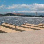 """Extremadura aumenta su producción de energía fotovoltaicaLa comunidad autónoma de Extremadura tiene instalado un total de 1.321 nuevos MW de tecnología solar fotovoltaica en 2020, alcanzando los 2.568 MW de potencia instalada en la región y convirtiéndose en el mayor parque de producción fotovoltaica de España. Estos datos están contenidos en el Informe de Progreso del Sistema Eléctrico Español 2020, un documento de Red Eléctrica de España (REE) que fue presentado en un acto celebrado en el Ministerio de Transición Ecológica y Reto Demográfico. ¿Cuáles son los objetivos de este plan? Para la presidenta de Red Eléctrica, Beatriz Corredor, el Plan Nacional Integrado de Energía y Clima establece """"objetivos ambiciosos"""", pero también """"realistas y alcanzables"""", para mitigar el cambio climático avanzando hacia un nuevo sistema en el que las energías renovables sean la """"piedra angular"""". En este camino, el de la transición energética, el sector eléctrico juega un """"papel clave"""" por su potencial de descarbonización, señala Red Eléctrica en un comunicado. El crecimiento de la potencia solar fotovoltaica instalada el año pasado en Extremadura fue del 105,9%, lo que la convierte en la región con máximo aumento de la capacidad de generación. Con este impulso, esta tecnología se ha convertido por primera vez en líder de la estructura de la potencia instalada en Extremadura. Con un 32,9%, ha superado a la hidroeléctrica y a la nuclear (29,2% y 25,8%, respectivamente). Entre ambas suman casi el 90% de la capacidad de generación de la región. En total, la comunidad autónoma cerró el año con un parque de 7.805 MW y representa el 7,1% del total de la capacidad instalada en España. La energía renovable en Extremadura avanza El informe también señala que en 2020, la energía verde extremeña ocupó el 73,9% del total del parque de generación. Se trata de la mayor cuota alcanzada por esta comunidad autónoma desde que se tienen registros y, de hecho, es el tercer porcentaje más alto del país. """